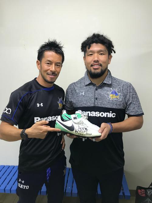17年10月、堀江翔太(右)のトップリーグ100試合出場を祝福する佐藤義人氏