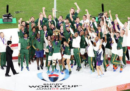 表彰式でウェブ・エリス杯を掲げ喜ぶコリシ主将(中央)ら南アフリカ代表の選手たち(撮影・狩俣裕三)
