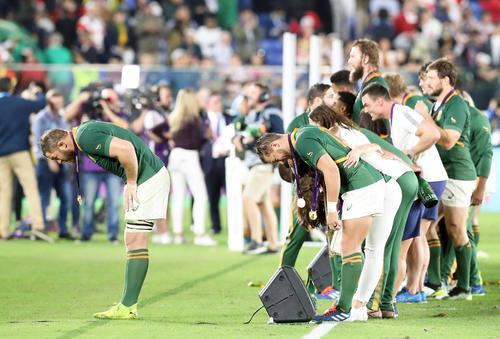 表彰式後、サポーターにおじぎする南アフリカ代表の選手たち(撮影・狩俣裕三)