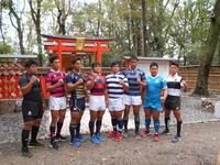 下鴨神社境内にある雑太社(さわたしゃ)で、リーグ成功を祈願した関西大学ラグビーAリーグ全8チームの主将たち(撮影・鶴屋健太)