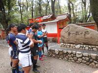 下鴨神社境内にある「第一蹴の地」石碑前で、リーグ成功を祈願する関西大学ラグビーAリーグ全8チームの主将たち(撮影・鶴屋健太)