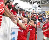 NECに勝利し、ファンとタッチを交わす神戸製鋼SOダン・カーター(中央)ら(撮影・上山淳一)