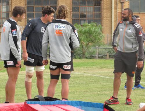 全体練習後、選手たちと会話するリーチ・マイケル主将(右)(撮影・峯岸佑樹)