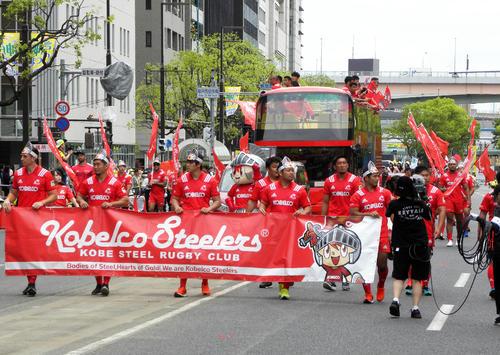 神戸まつりでパレードした神戸製鋼の選手、スタッフら(撮影・松本航)