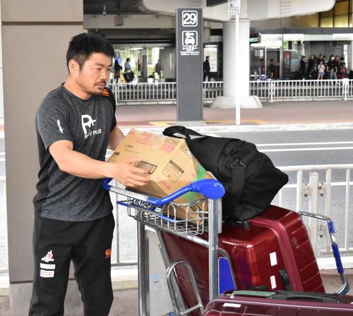 荷物を運ぶ日本代表候補の田中