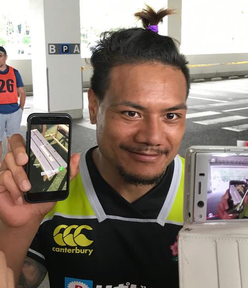 日本代表宮崎合宿での練習後に自らが作ったBBQテーブルの画像を見せて笑顔のWTBレメキ・ロマノラバ(撮影・松本航)