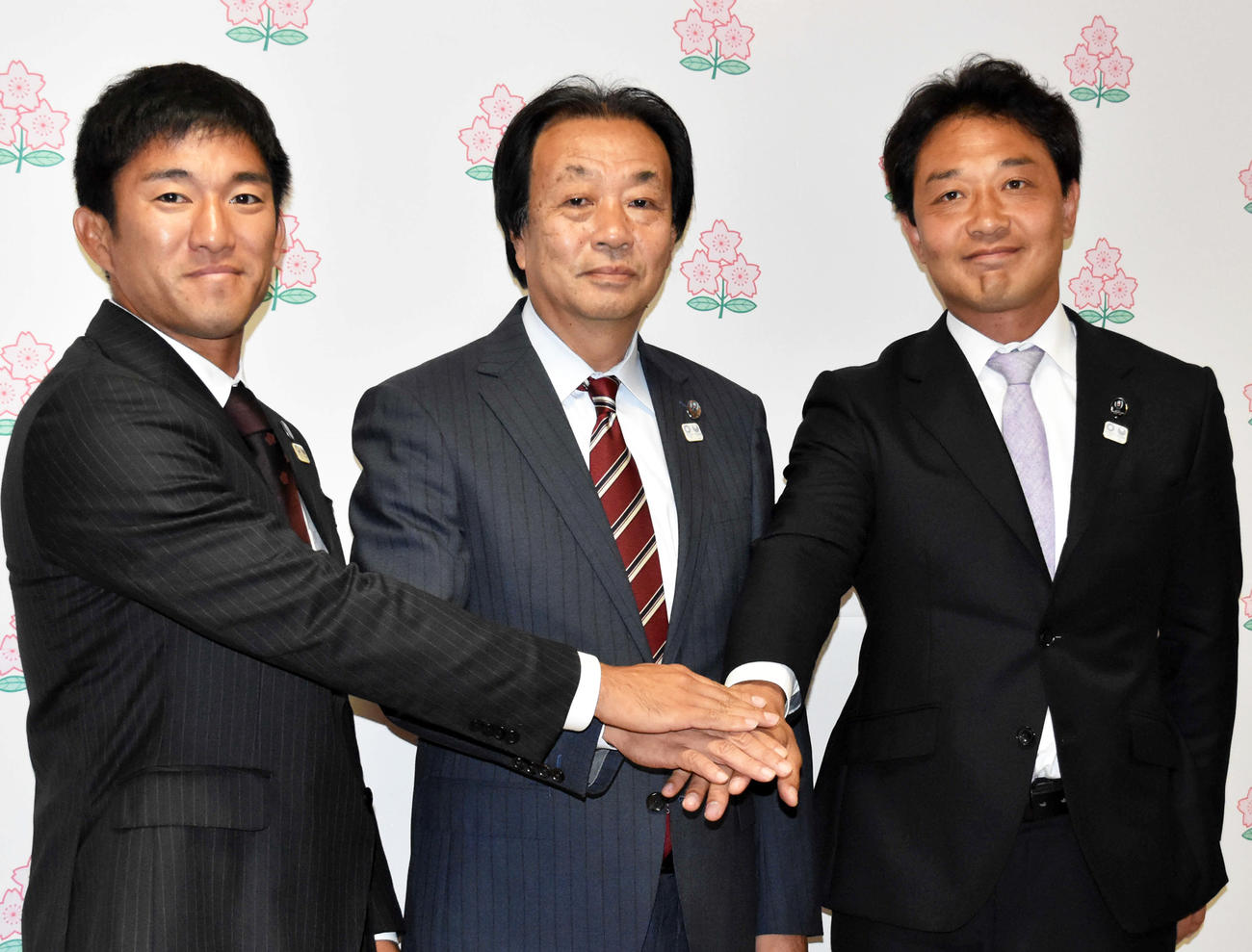 東京五輪に向けて強化方針を発表した男女7人制日本代表強化委員の本城和彦委員長(中央)。右は男子の岩淵健輔ヘッドコーチ、左は女子の稲田仁ヘッドコーチ(撮影・佐々木隆史)