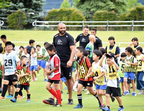 ファン交流イベントで地元の子どもらと触れ合う日本代表主将のリーチ・マイケル(撮影・佐々木隆史)