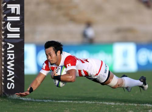 日本対米国 前半、独走トライを決めるWTB福岡(撮影・狩俣裕三)
