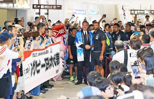女満別空港に到着し、歓迎を受けるリーチ(中央右)らラグビー日本代表の選手たち(撮影・大野祥一)