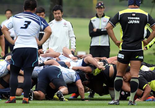 W杯でアシスタントレフリーを務める久保氏(中央左)に見てもらい、ヤマハ発動機とスクラムを組む日本代表の選手たち(撮影・大野祥一)