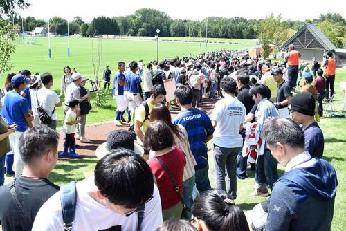 ラグビー日本代表選手を待つために長蛇の列を作るファン。中央はファンに対応するSH田中史朗(撮影・佐々木隆史)