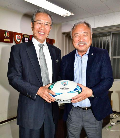 ラグビーW杯2019開幕を目前に控え対談した本紙評論家の山田久志氏(左)と日本ラグビーフットボール協会の森重隆会長(撮影・小沢裕)