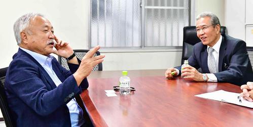 ラグビーW杯2019開幕を目前に控え対談に臨む日本ラグビーフットボール協会の森重隆会長(左)と本紙評論家の山田久志氏