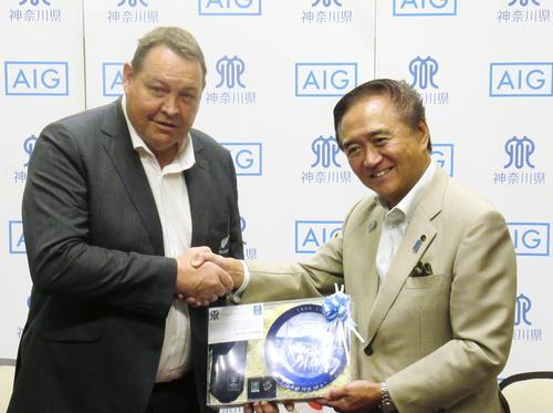 神奈川県の黒岩祐治知事(右)と面会したラグビー・ニュージーランド代表のハンセン監督(共同)