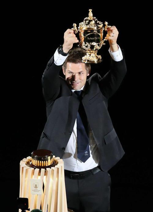 開会式でウェブ・エリス杯を手にする元ニュージーランド代表キャプテンのリッチー・マコウ氏(撮影・狩俣裕三)