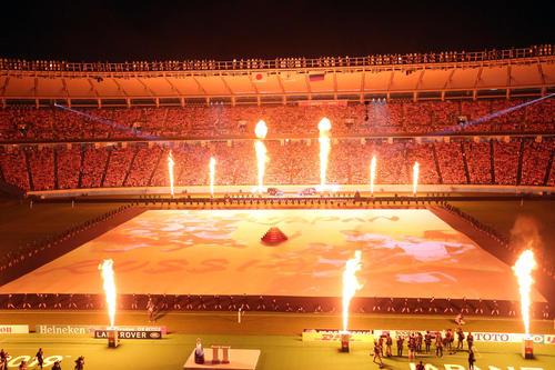 火花が上がるラグビーW杯の開会式(撮影・狩俣裕三)