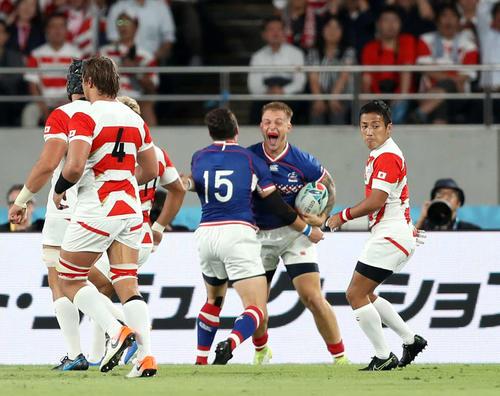 日本対ロシア 前半、先制トライを奪われる日本(撮影・狩俣裕三)