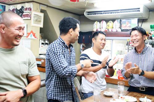 日本代表のトライに喜ぶ近鉄ラグビー部のコーチら(撮影・南谷竜則)