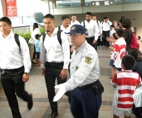 JR浜松駅に到着した日本代表(撮影・松本航)
