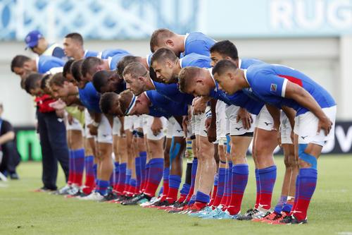 試合後、スタンドにお辞儀をするナミビアの選手たち(ロイター)