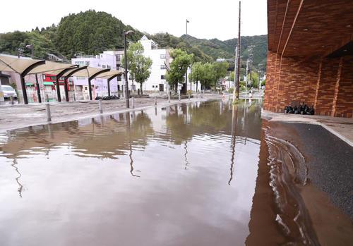 台風の影響で道路が冠水した釜石市街(撮影・野上伸悟)