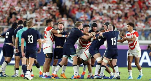 日本対スコットランド 後半、もみ合いになる両チームの選手たち(撮影・狩俣裕三)
