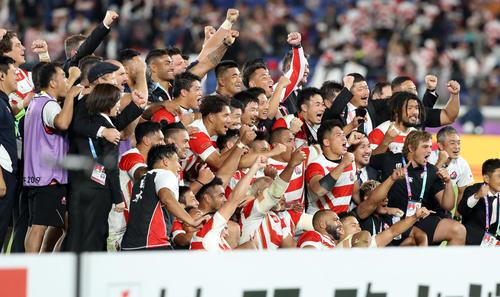 日本対スコットランド 決勝トーナメント進出を決め、記念撮影する日本代表の選手たち(撮影・狩俣裕三)