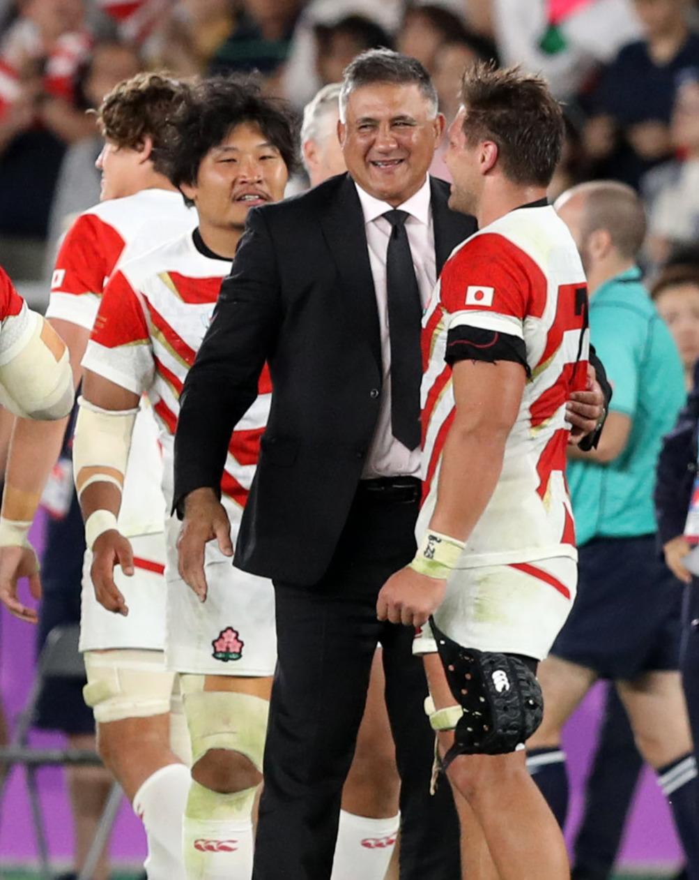 日本対スコットランド 試合後、ラブスカフニ(右)と喜び合うジョセフ・ヘッドコーチ(撮影・狩俣裕三)