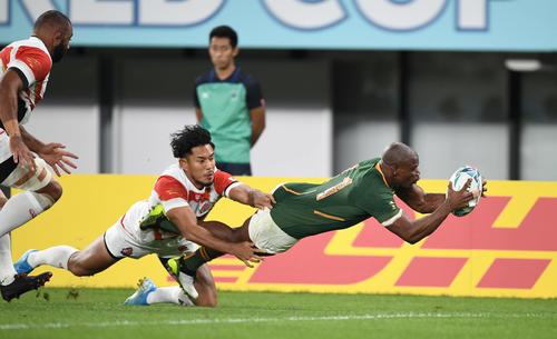 日本対南アフリカ 前半、南アフリカWTBマピンピに先制トライを許す日本(撮影・鈴木みどり)