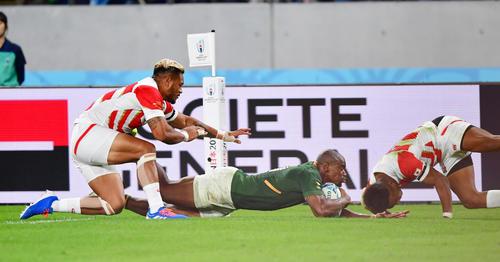 日本対南アフリカ 後半、南アフリカWTBマカゾレ・マピンピ(中央)の突破を許しトライを決められる、右はWTB松島幸太朗(撮影・清水貴仁)=2019年10月20日、味の素スタジアム