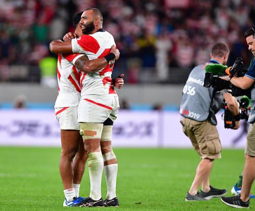 日本対南アフリカ 試合を終えラファエレ(左)と抱き合うリーチ(2019年10月20日撮影・清水貴仁)