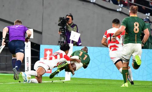 日本対南アフリカ 前半、南アフリカWTBマカゾレ・マピンピに先制トライを許す日本(撮影・清水貴仁)=2019年10月20日、味の素スタジアム