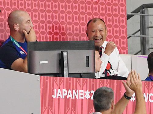 イングランド対オーストラリア 後半、イングランドが得点し笑顔を見せるジョーンズHC(右奥)(撮影・滝沢徹郎)