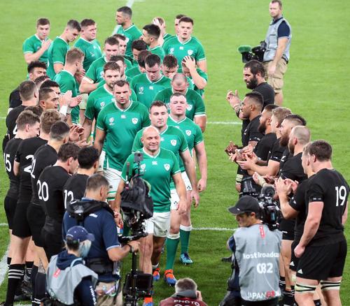 試合後、ニュージーランドの選手たちに送られながら、引き揚げるベスト主将(中央)らアイルランド代表の選手たち(撮影・狩俣裕三)