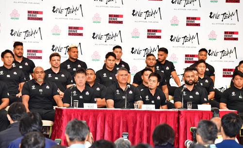 試合から一夜明け会見を行うジェイミー・ジョセフHC(中央)ら日本代表選手たち(撮影・清水貴仁)