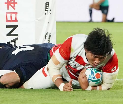 日本対スコットランド 前半、トライを決めるプロップ稲垣(撮影・鈴木みどり)