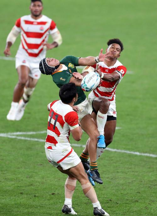 日本対南アフリカ 後半、ハイボールを競り合うWTB松島(右)(撮影・狩俣裕三)