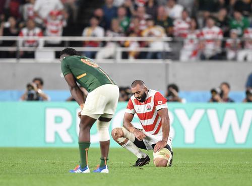 日本対南アフリカ 南アフリカに敗れ準決勝進出を逃し、悔しそうに膝をつくフランカー・リーチ(撮影・鈴木みどり)