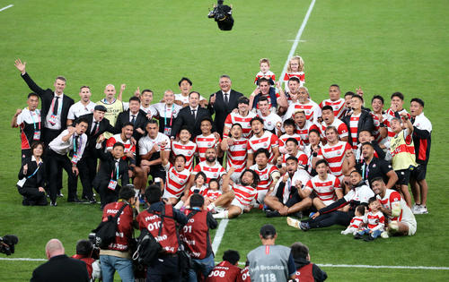 日本対南アフリカ 試合後、家族、スタッフらと一緒に記念撮影をする日本代表の選手たち(撮影・狩俣裕三)