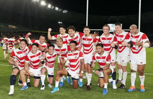 日本対アイルランド アイルランドに劇的な勝利を納め、記念撮影する日本代表の選手たち(撮影・狩俣裕三)