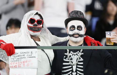 11月2日のイングランド-南アフリカ戦の試合前に盛り上がるサポーター(撮影・狩俣裕三)