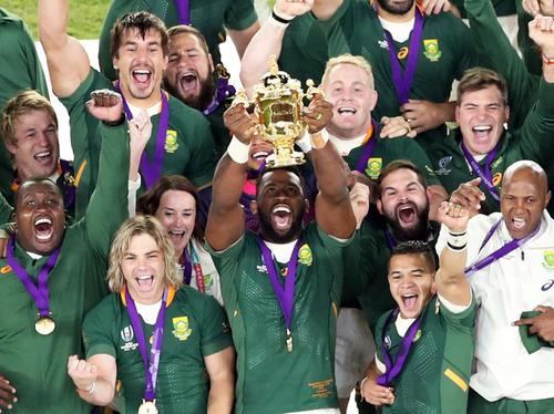 ラグビーW杯で優勝し、ウェブ・エリス杯を掲げる南アフリカのコリシ主将(中央)(2019年11月2日撮影)